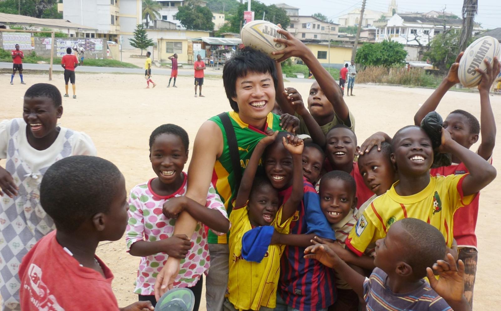 アフリカの子供たちへのスポーツ教育に取り組む日本人ボランティア